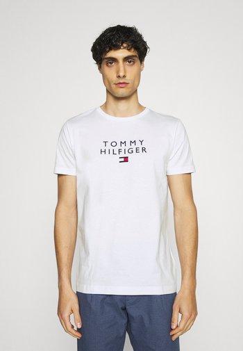 STACKED FLAG TEE - T-shirt med print - white