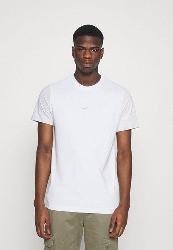 TEE - T-shirt med print - spruce aura