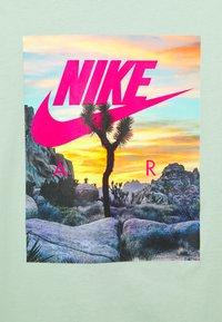 Nike Sportswear - TEE FESTIVAL PHOTO - T-shirt med print - pistachio frost - 2