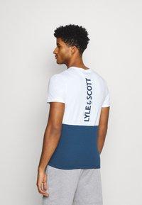Lyle & Scott - VENTURE COLOUR BLOCKTEE - T-shirt med print - aegean blue - 2