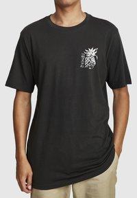 RVCA - ALOHA SHOP  - Print T-shirt - pirate black - 0