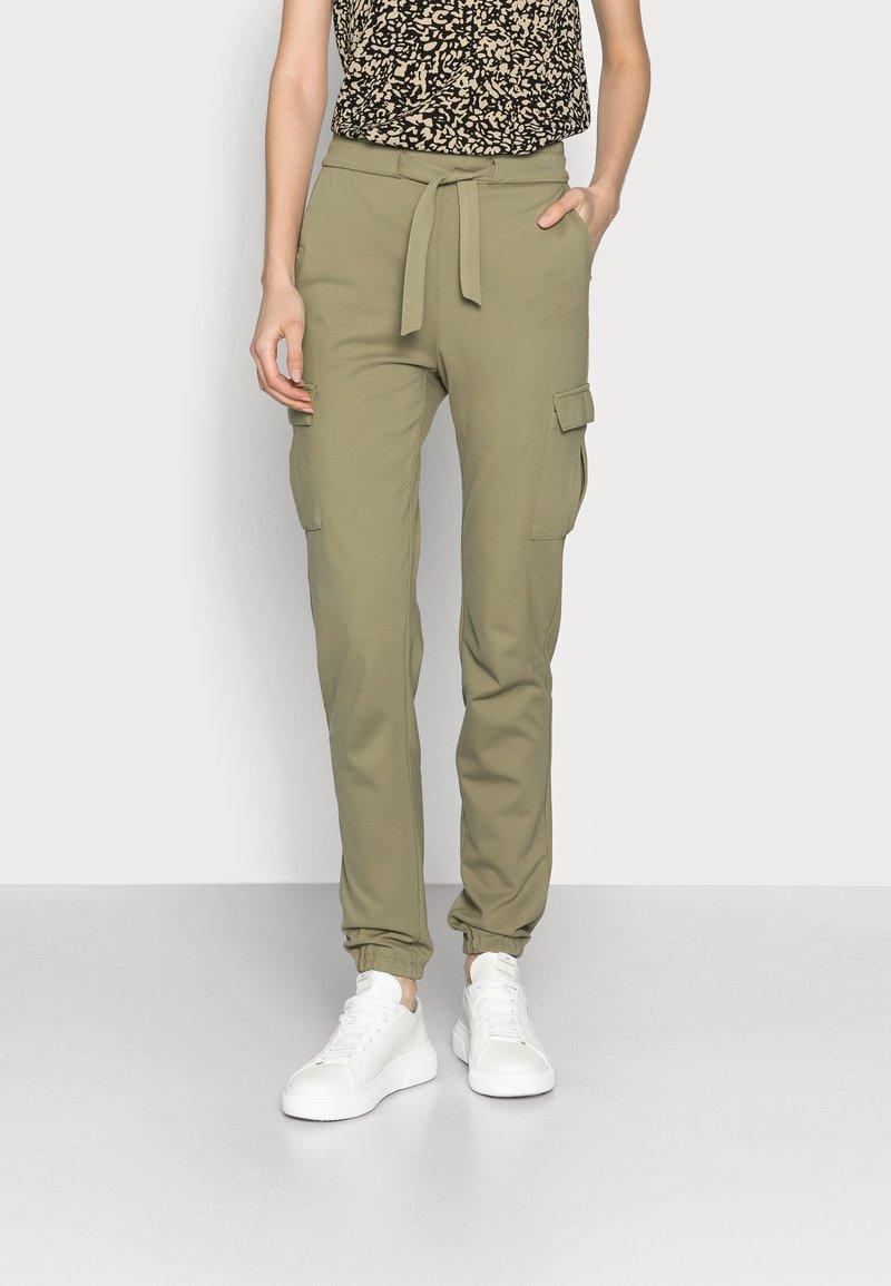ONLY Tall - ONLPOPTRASH BELT PANT - Cargobukse - covert green