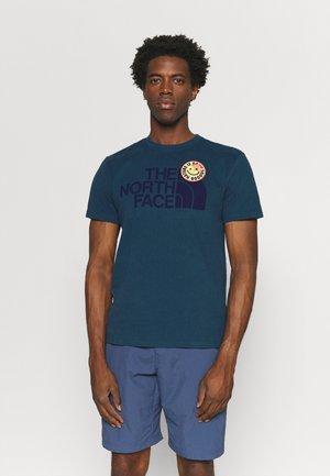 PATCHES TEE ASPHALT - T-shirt med print - monterey blue