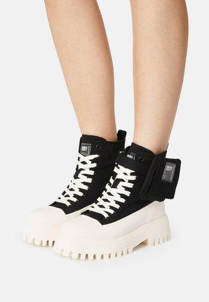 GROOV-Y - Šněrovací kotníkové boty - black/off white