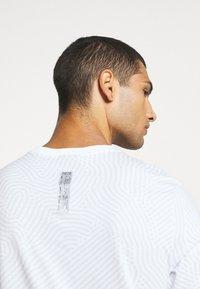 Nike Sportswear - Triko spotiskem - white - 4