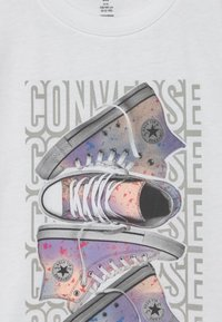 Converse - LET IT GLOW SNEAKER STACK TEE - T-shirt con stampa - white - 2