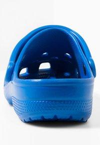 Crocs - CLASSIC UNISEX - Pool slides - bright cobalt - 3