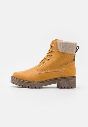 Šněrovací kotníkové boty - saffron