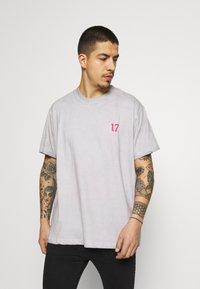Night Addict - SKELE UNISEX - T-shirt med print - white - 2