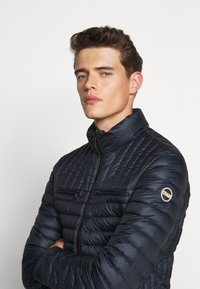 Colmar Originals - MENS JACKET - Chaqueta de plumas - navy blue/coffee
