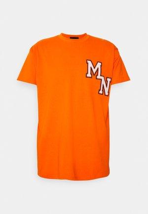 BADGE REGULAR UNISEX - Print T-shirt - orange