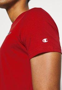 Champion - LEGACY CREWNECK - T-shirt imprimé - dark red - 5