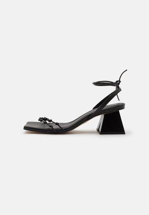 JUNIPER - Sandaalit nilkkaremmillä - black