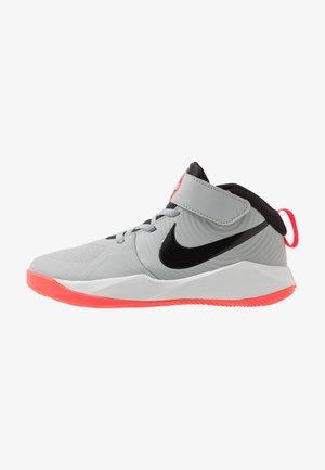TEAM HUSTLE 9 UNISEX  - Basketball shoes - light smoke grey/black/laser crimson