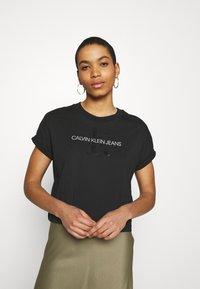 Calvin Klein Jeans - TONAL MONOGRAM TEE - Camiseta estampada - black - 0