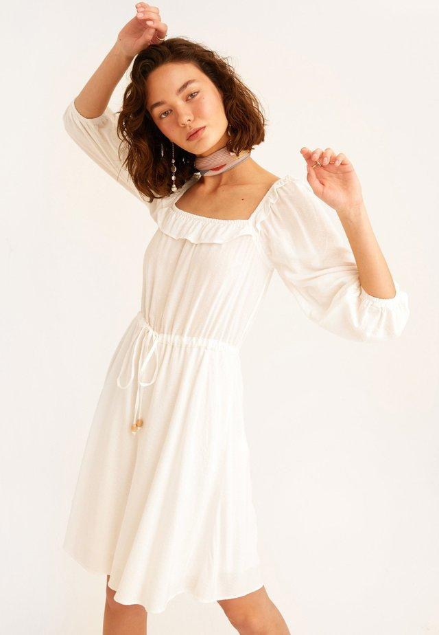 MIT MODISCHEN BALLON ÄRMELN - Day dress - wollweiß