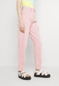 Tommy Jeans - MOM ULTRA - Relaxed fit jeans - pink daisy - 4