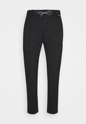 COMFORT PANT - Pantalon cargo - black