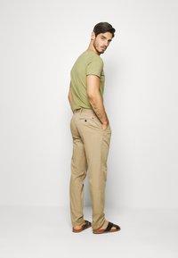 Tommy Hilfiger - TAPERED SUMMER FLEX - Trousers - beige - 2