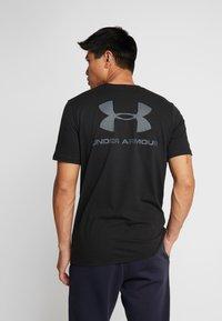 Under Armour - SPORTSTYLE BACK TEE - Camiseta estampada - black/pitch gray - 0