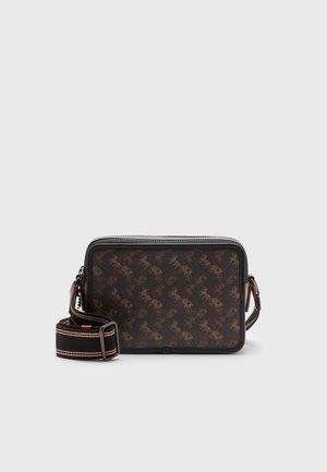 CHARTER CROSSBODY SIGNATURE CARRIAGE UNISEX - Across body bag - truffle