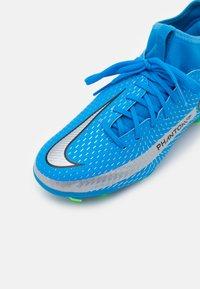 Nike Performance - JR PHANTOM GT ACADEMY DYNAMIC FIT MG UNISEX - Kopačky lisovky - photo blue/metallic silver/rage green - 5