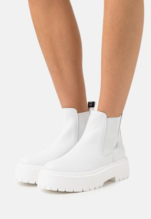 VEERLY - Platform ankle boots - white