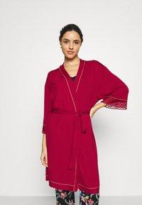 Triumph - AMOURETTE SPOTLIGHT ROBE - Dressing gown - rosso masai - 0