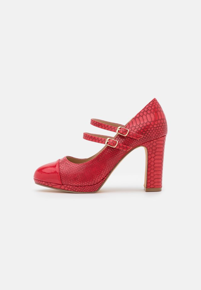 WIDE FIT DOLLY - Plateaupumps - red