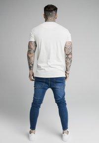 SIKSILK - FADE RHINE STONE BOX TEE - T-shirt med print - off-white - 2
