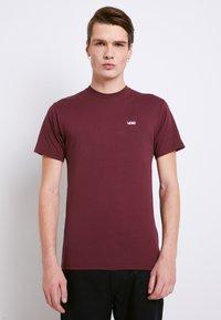 Vans - LEFT CHEST LOGO TEE - Camiseta básica - port royale/white - 0