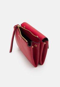 Coccinelle - ARLETTIS - Handbag - ruby - 4