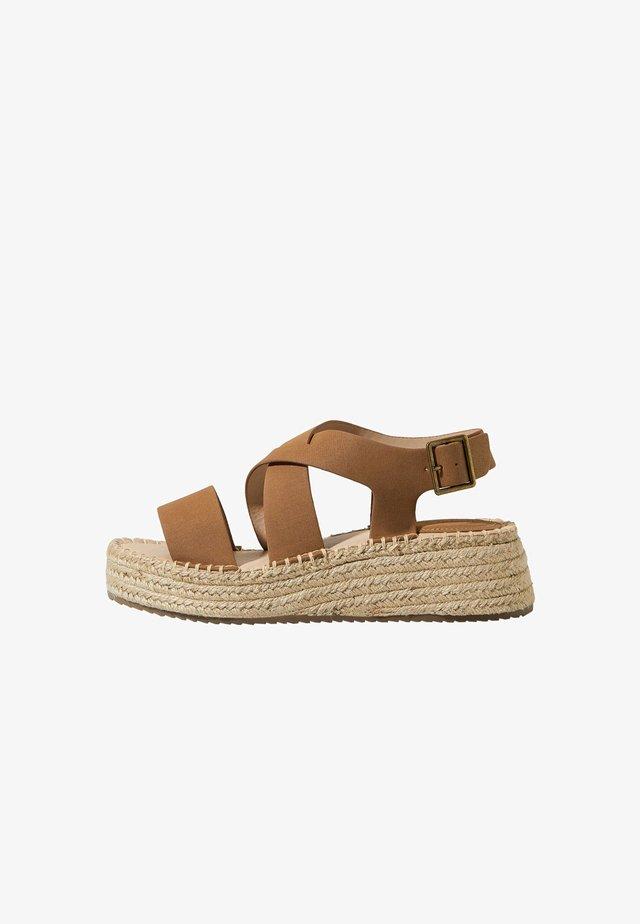 Sandály na klínu - brown