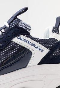 Calvin Klein Jeans - MAYA - Sneakers laag - white/navy - 2
