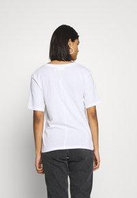 Weekday - LAST V NECK - Jednoduché triko - white - 2