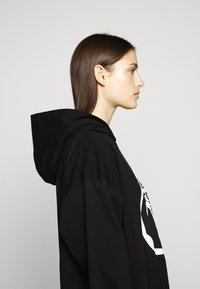 MM6 Maison Margiela - LOGO HOODIE DRESS - Žerzejové šaty - black - 4