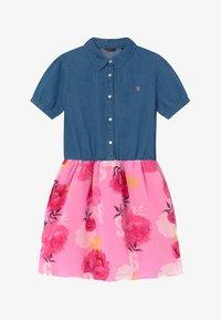 Guess - JUNIOR MIXED - Vestito di jeans - light-blue denim/light pink - 2