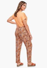 Triangle - LEICHTE  MIT SEITENPASPEL - Trousers - orange aop - 2