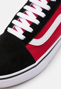 Vans - COMFYCUSH OLD SKOOL - Matalavartiset tennarit - black/red - 5