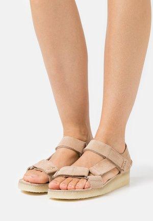 WALLABEE  - Sandály na klínu - tan
