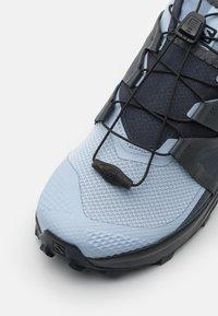 Salomon - WILDCROSS  - Běžecké boty do terénu - kentucky blue/ebony - 5