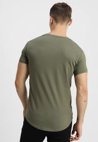 Gym King - LONG LINE CURVE TEE - T-shirt print - burnt olive - 2