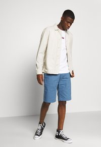 Tommy Jeans - DOBBY CHINO - Shorts - audacious blue - 1