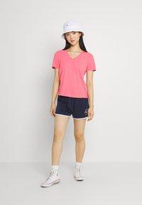 Tommy Jeans - SOFT V NECK TEE - T-paita - botanical pink - 1