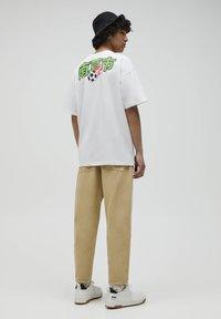 PULL&BEAR - NARUTO - Print T-shirt - white - 3