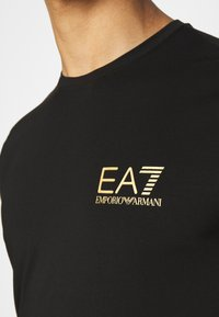 EA7 Emporio Armani - Print T-shirt - black/gold - 5