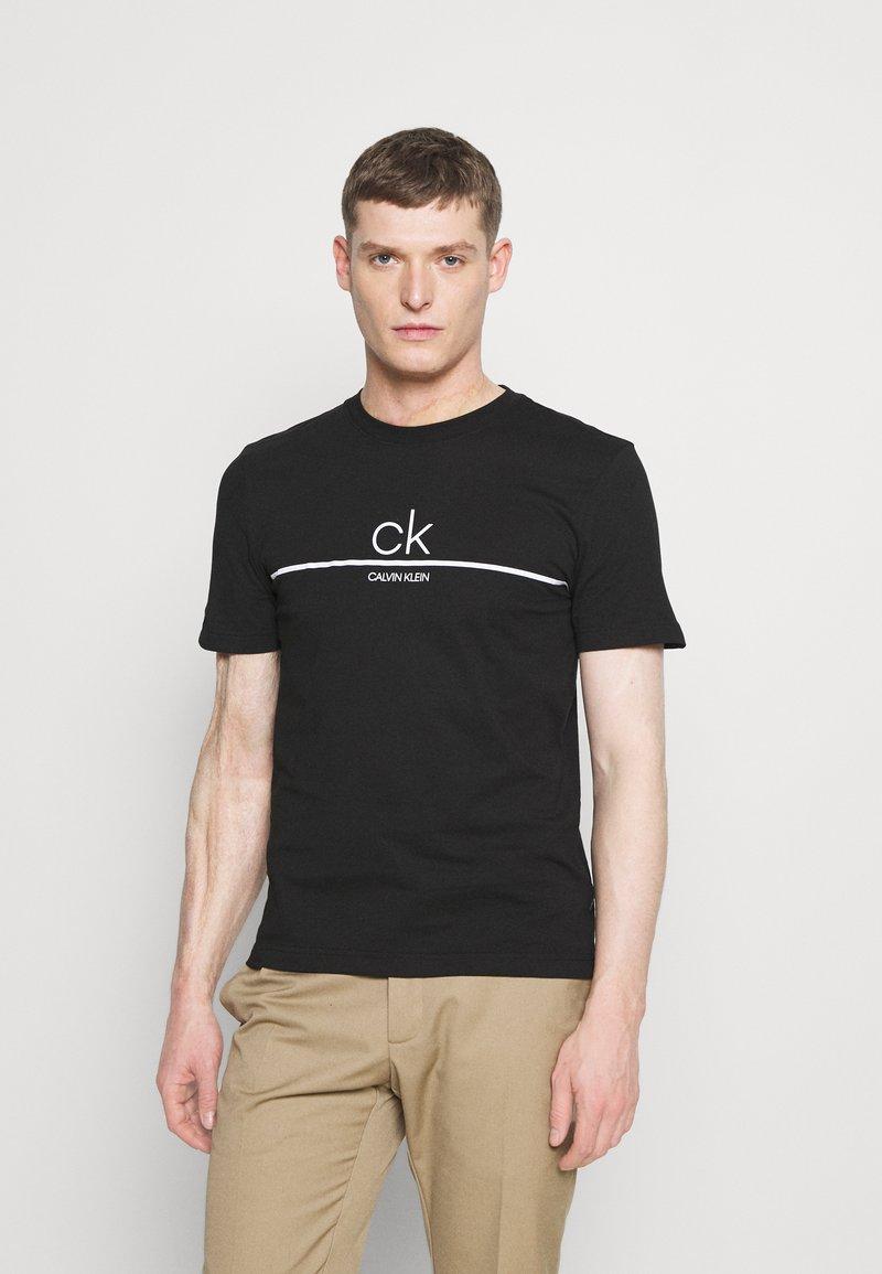 Calvin Klein - STRIPE LOGO - T-shirt con stampa - black