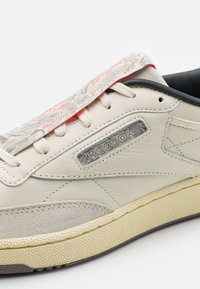 Reebok Classic - CLUB C 85 UNISEX - Sneakers basse - white/pale yelllow - 5