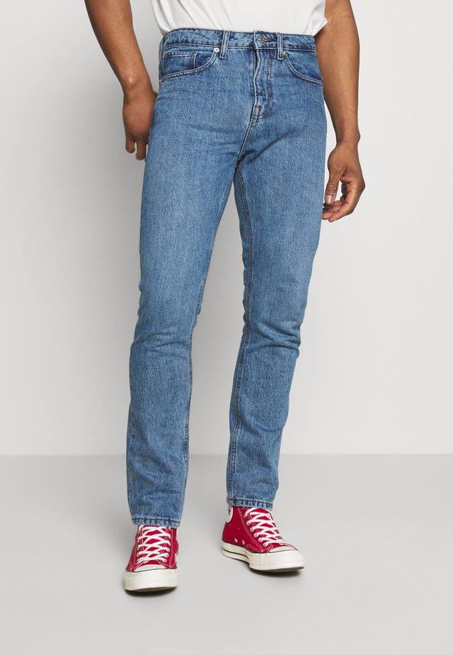 CLASSIC ORGANIC DAD - Slim fit jeans - light wash