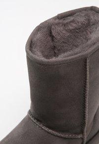 UGG - CLASSIC SHORT - Korte laarzen - grey - 6